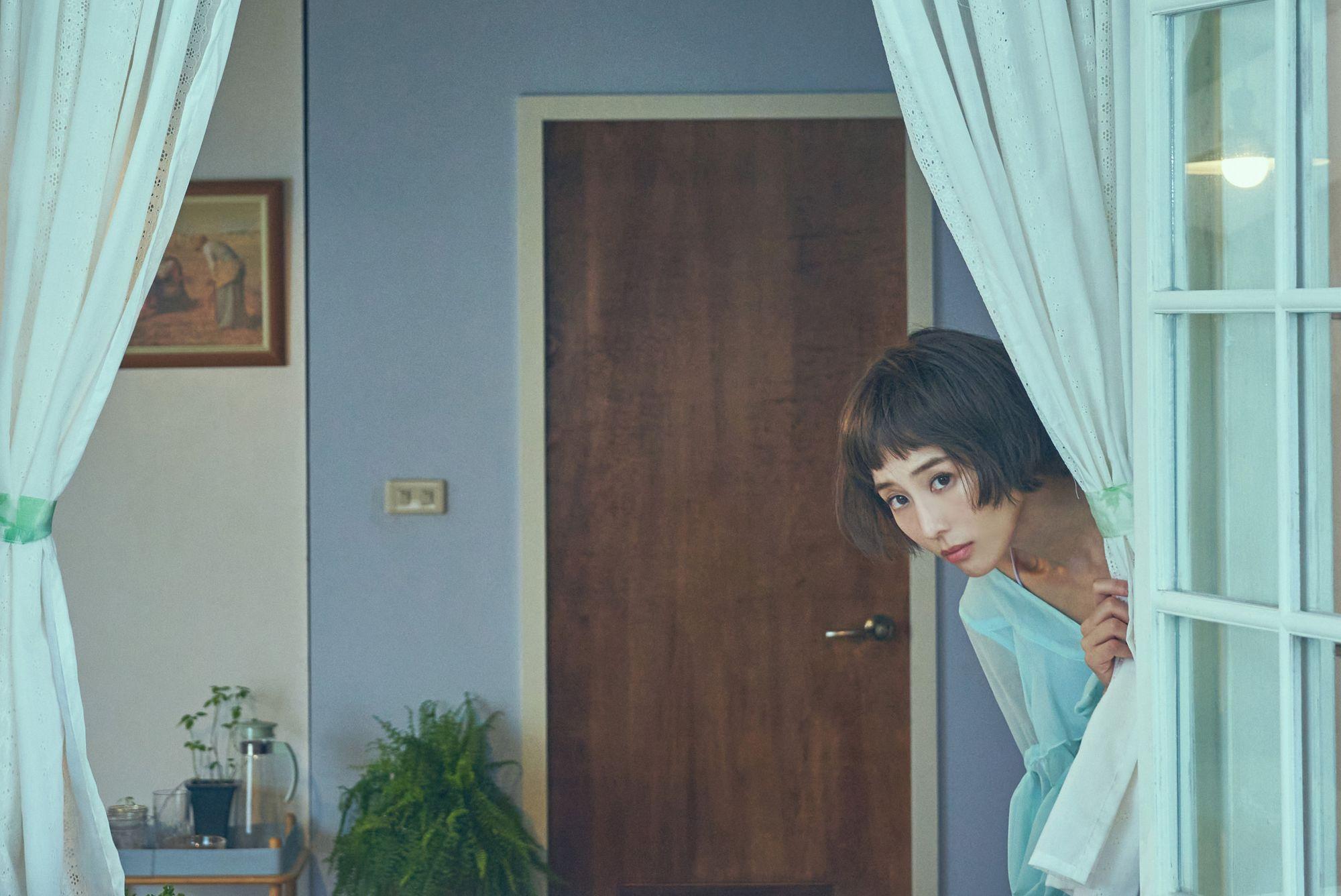 氣質女神張鈞甯化身為怪怪美少女,奇誕刻劃「剪刀找貓」都市傳說。