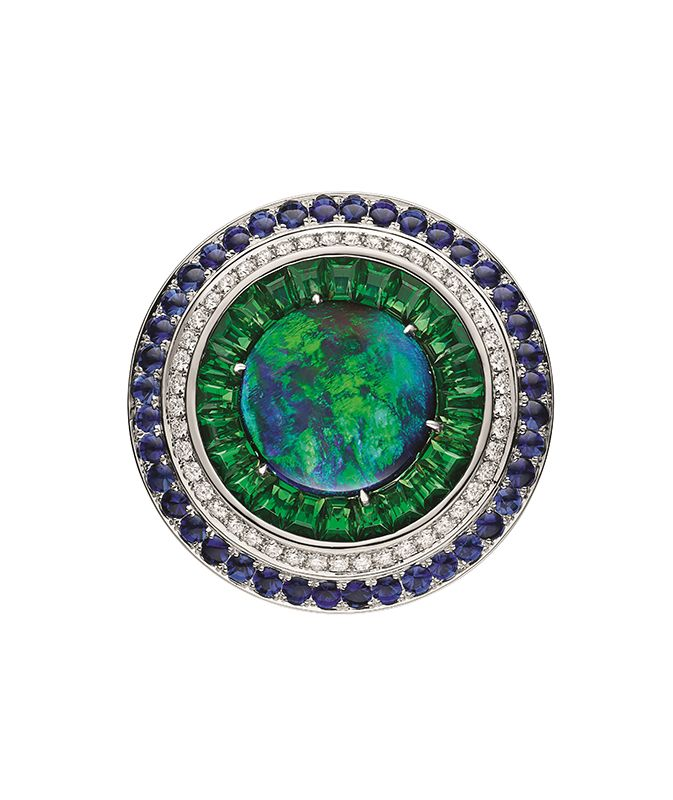 Lux蛋白石、沙弗萊石、藍寶石與鑽石戒指 by Chaumet。