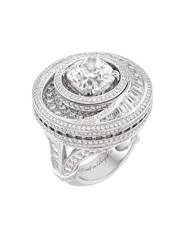Lune縞瑪瑙鑽石戒指,可轉換式設計 by Van Cleef & Arpels。