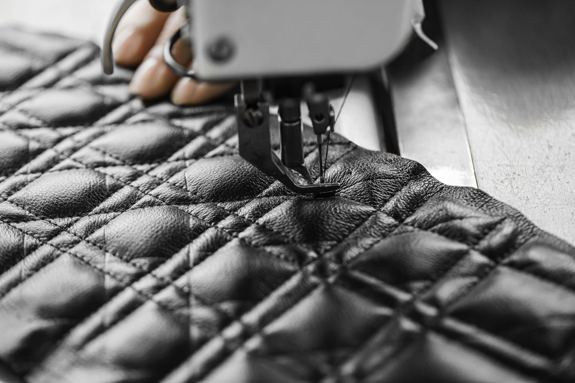 Dior Caro 包製作過程:縫製籐格紋。