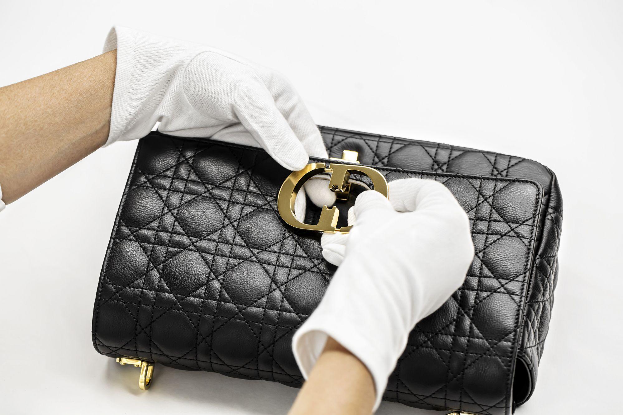Dior Caro 包製作過程:裝上品牌縮寫金屬 CD 字樣開闔旋扣。