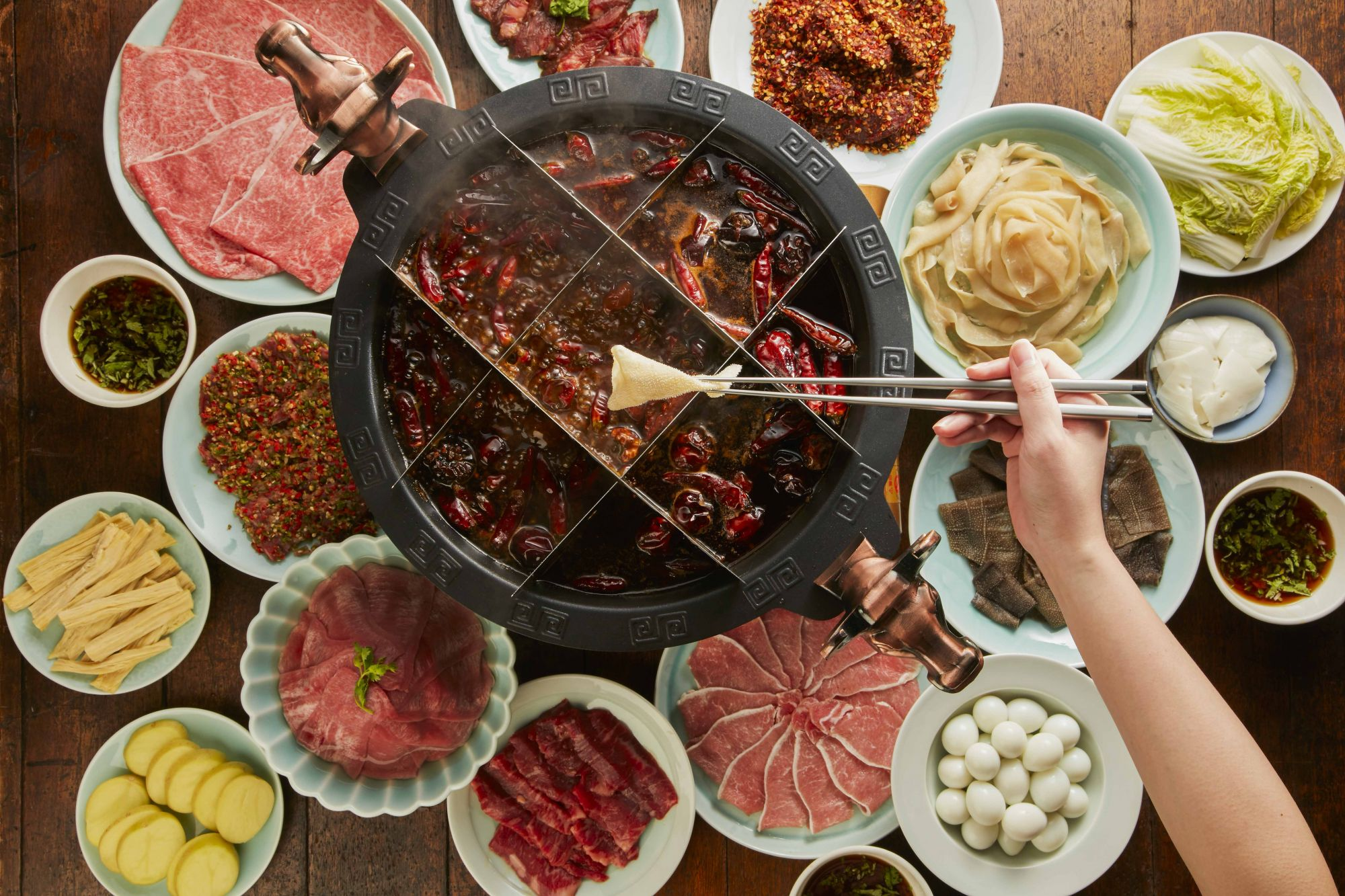 麻辣45承襲正宗重慶飲食文化,使用九宮格鍋涮煮食材。