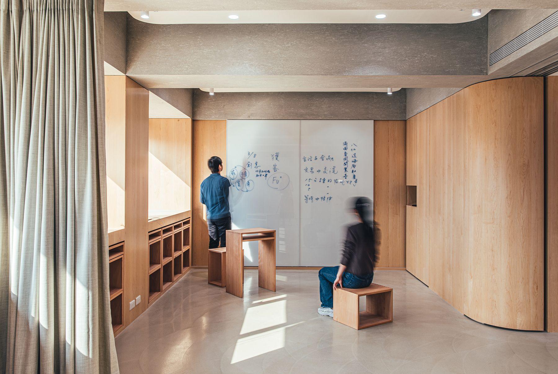 可作各式共學活動的多用途室,配置模組化傢俱,方便靈活多變使用。圖⽚來源:Plan b
