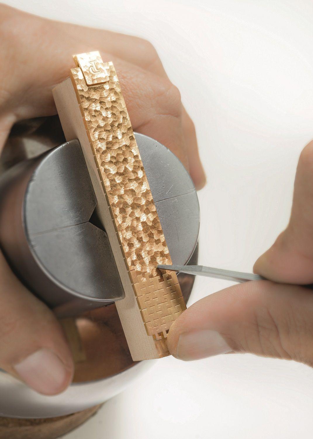 Piaget的工匠手工雕刻毛皮狀紋理於金質錶帶上。