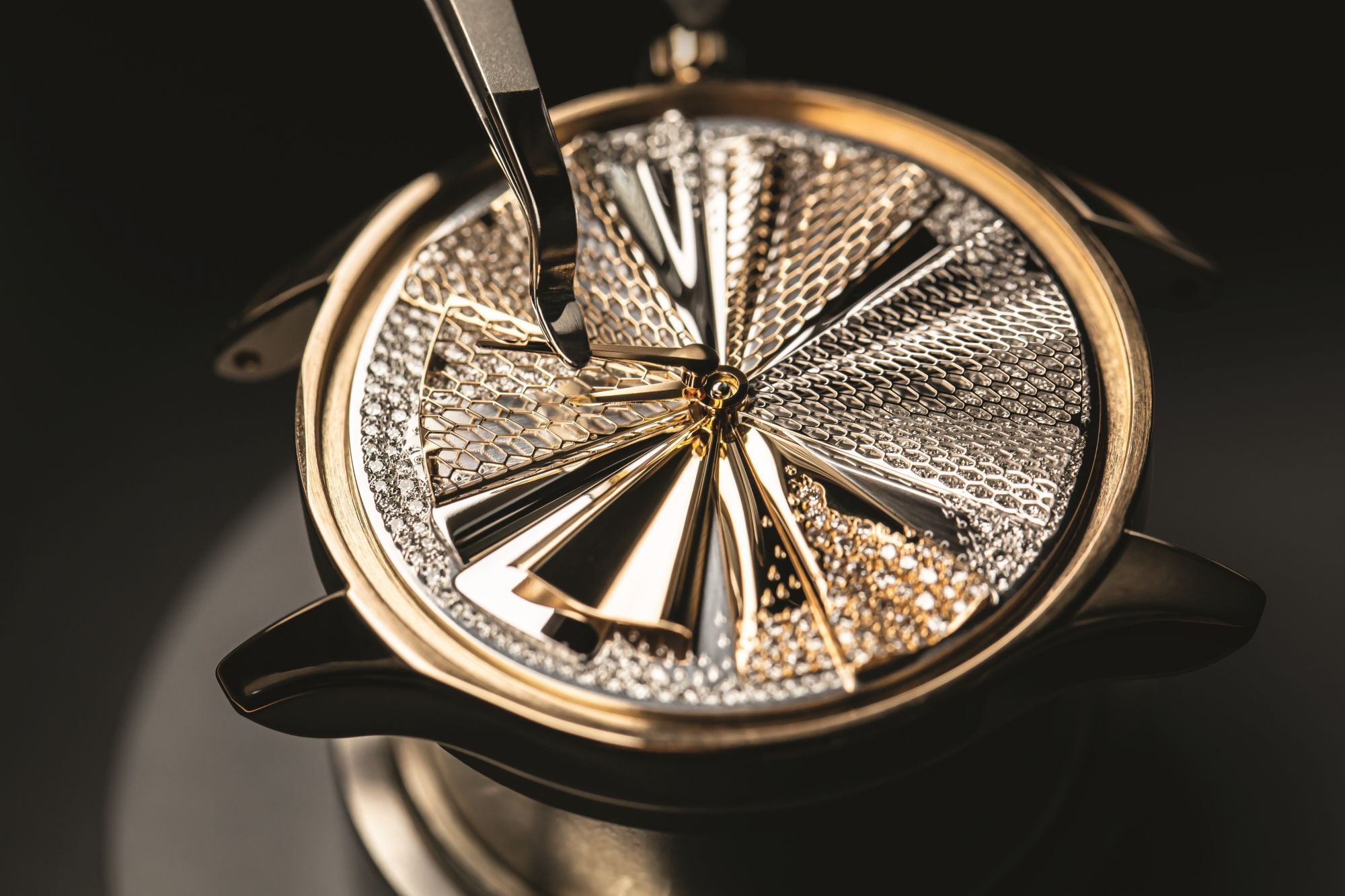 Dior Grand Soir Plissé Précieux腕錶錶盤上有著多層次的褶襉與鏤空網紋裝飾。