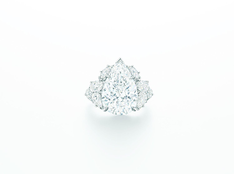 頂級珠寶系列水滴型切工鑽石戒指。