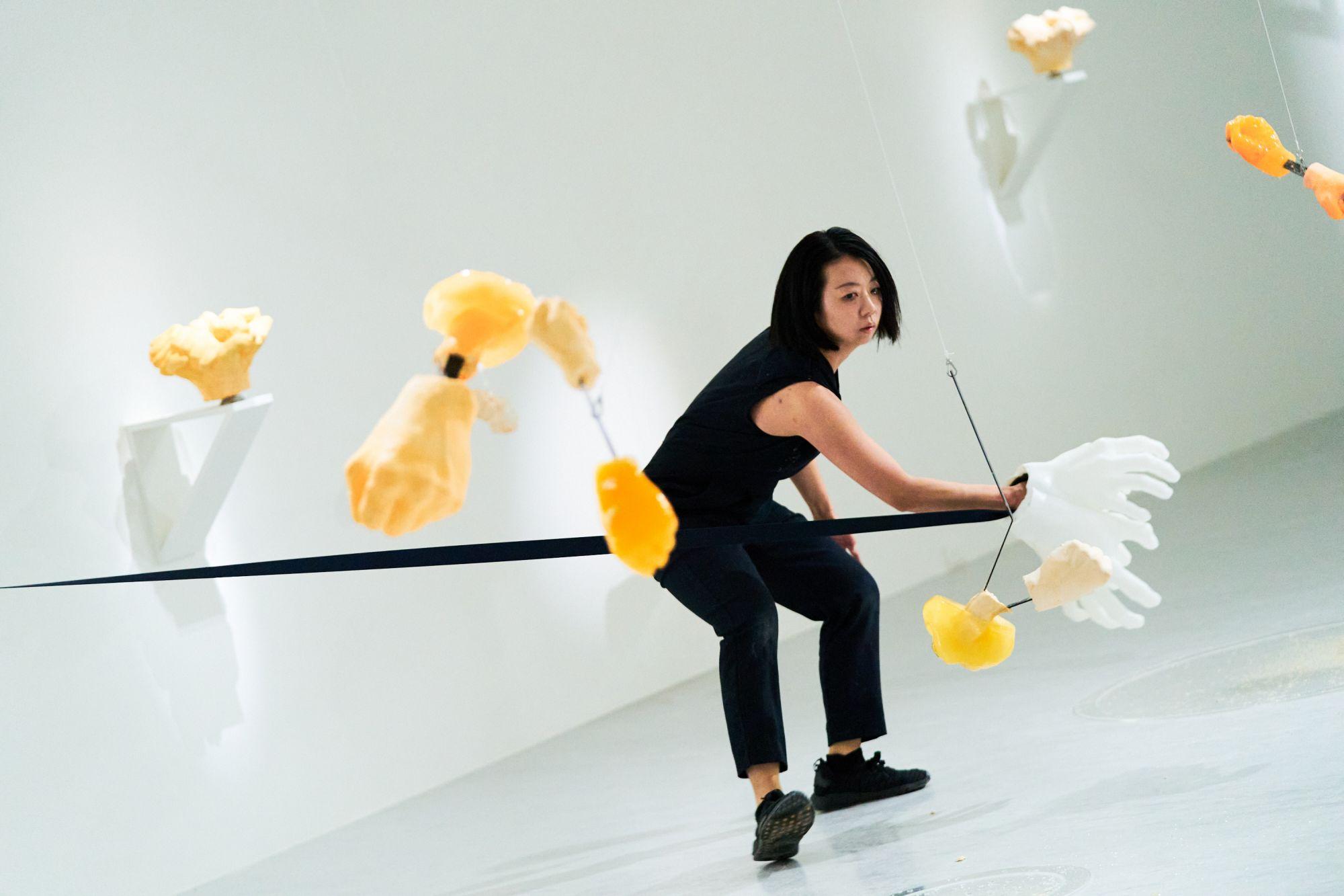 「變形中:傅雅雯個展」 多媒體裝置表演,2021,尺寸依場地而定,攝影©郭潔渝