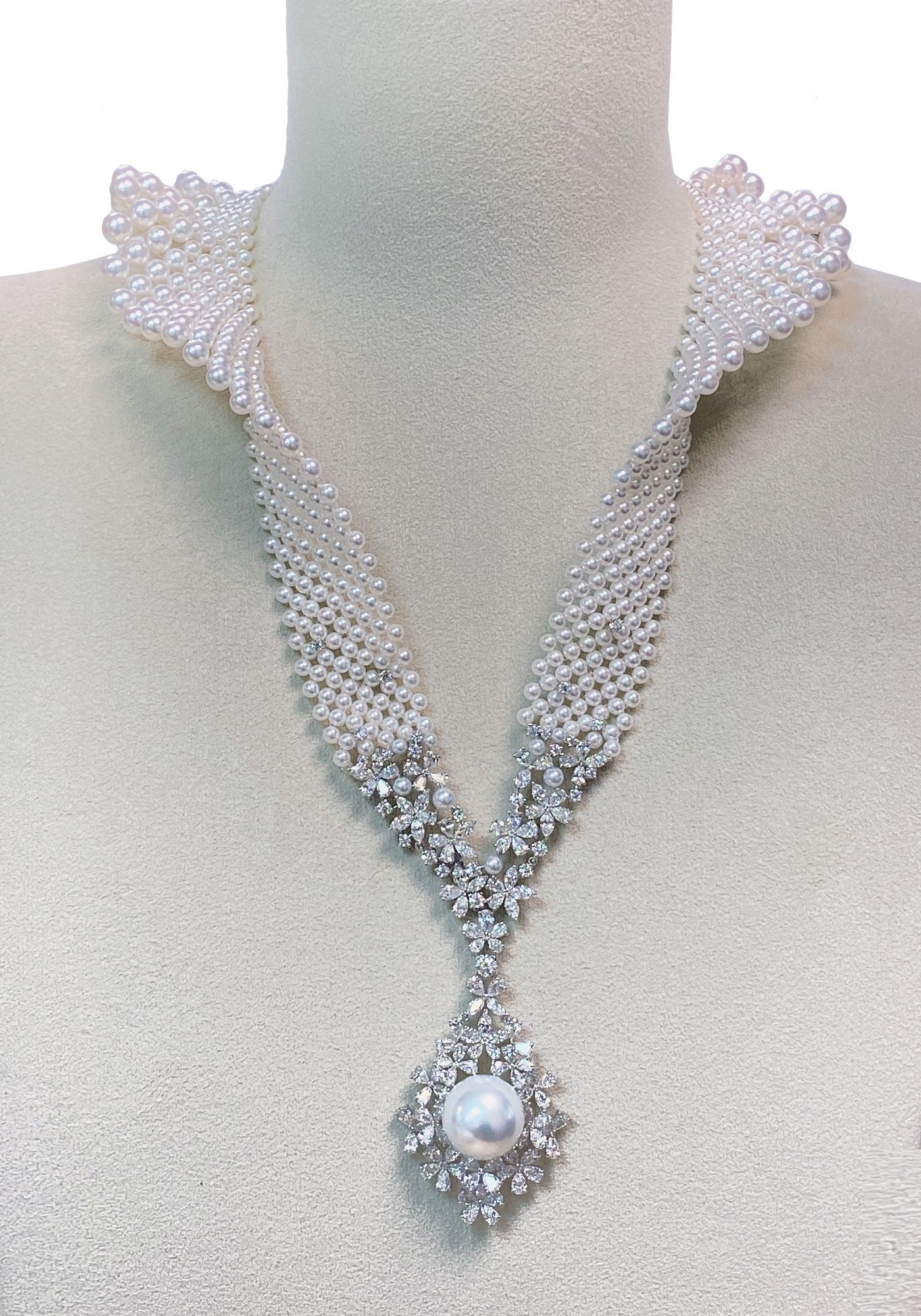 珍珠鑽石立領造型墜鍊,參考價格 NT$4,590,000