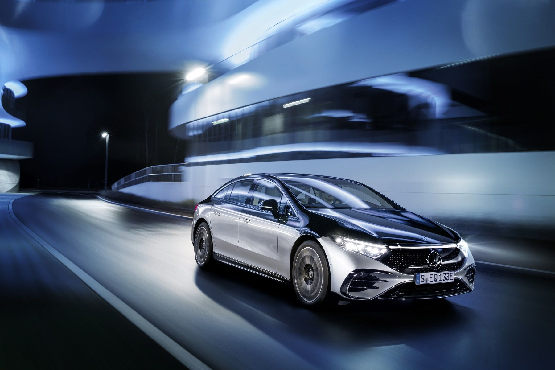 Mercedes-EQ, EQS 580 4MATIC, Exterieur, Farbe: hightechsilber/obsidianschwarz, AMG-Line, Edition 1;( Stromverbrauch kombiniert: 20,0-16,9 kWh/100 km; CO2-Emissionen kombiniert: 0 g/km);Stromverbrauch kombiniert: 20,0-16,9 kWh/100 km; CO2-Emissionen kombiniert: 0 g/km*Mercedes-EQ, EQS 580 4MATIC, Exterior, colour: high-tech silver/obsidian black, AMG-Line, Edition 1; (combined electrical consumption: 20.0-16.9 kWh/100 km; combined CO2 emissions: 0 g/km);Combined electrical consumption: 20.0-16.9 kWh/100 km