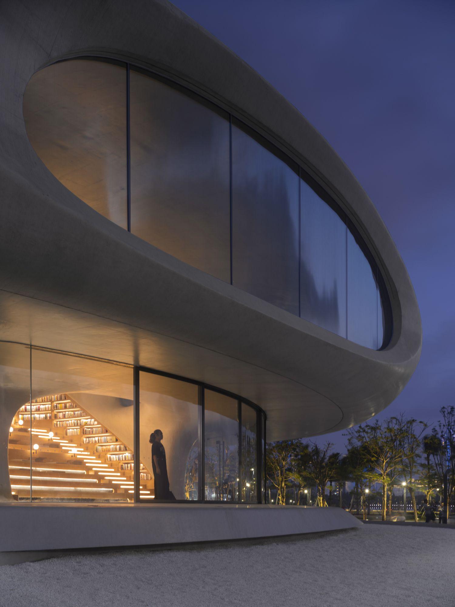 宛如蟲洞的的設計,為室內引入自然光線。 MAD_The Cloudscape of Haikou_by Archexist
