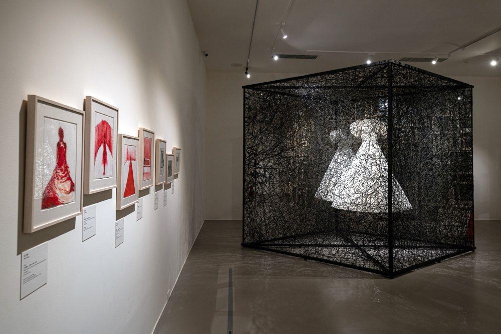 展出現場:「塩田千春:顫動的靈魂」,臺北市立美術館,2021年。
