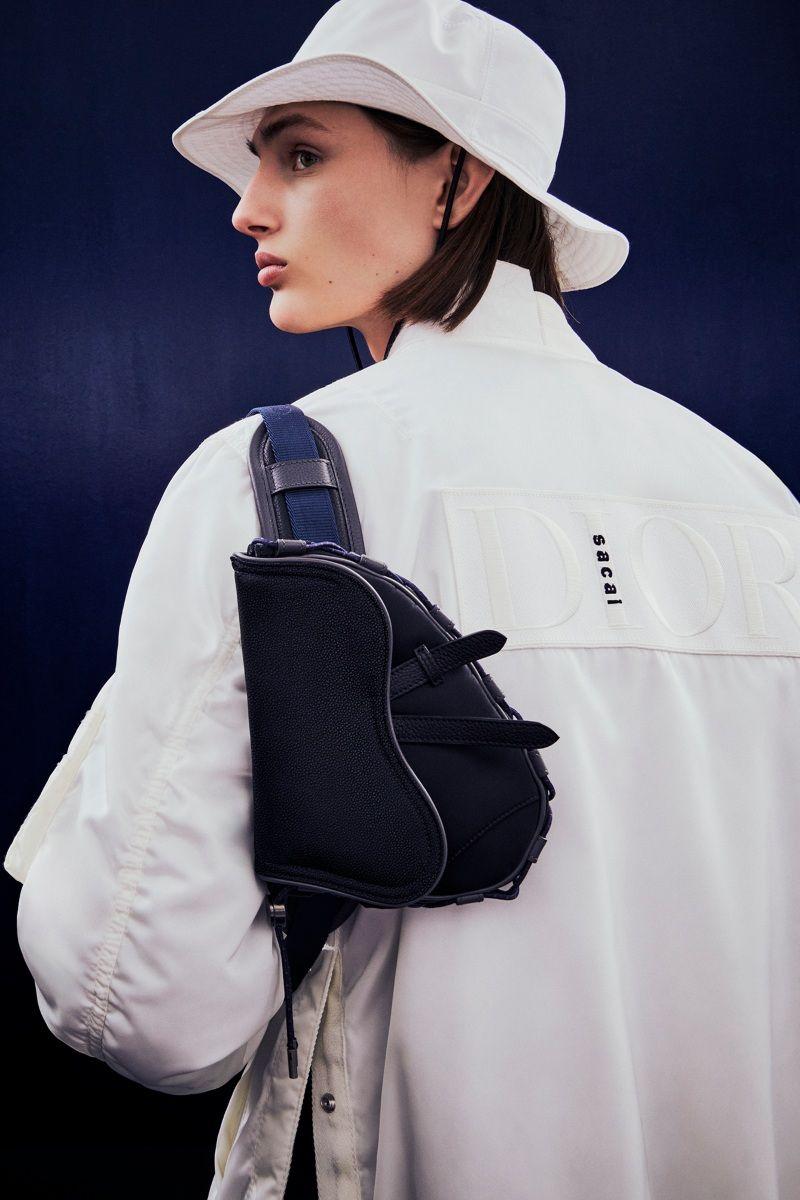 Dior x Sacai 2022早春男裝系列中,聯名系列中,巧妙將 Sacai 放在 Dior的「i」上面。