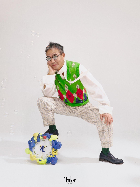襯衫 by Anowhereman( 可於 Hyst Shop 購入);針織背心 by Gucci; 長褲 by Coach;光學眼鏡 by Markus T(可於 2020EYEhaus 購 入);皮鞋、長襪 both by 林果良品。