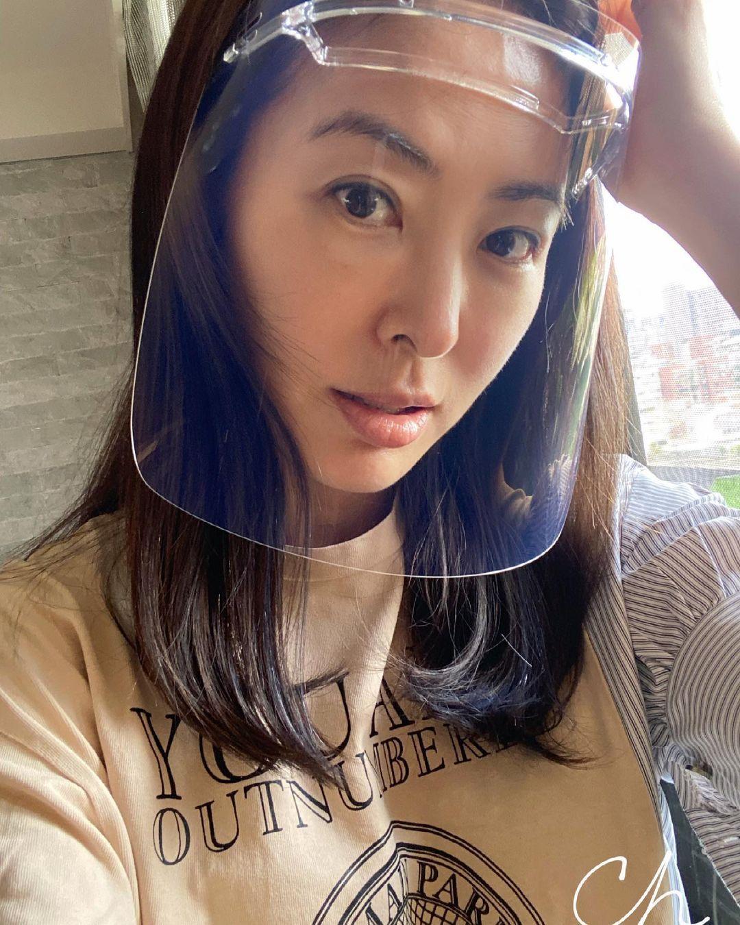賈永婕配戴夏普科技時尚防護面罩。