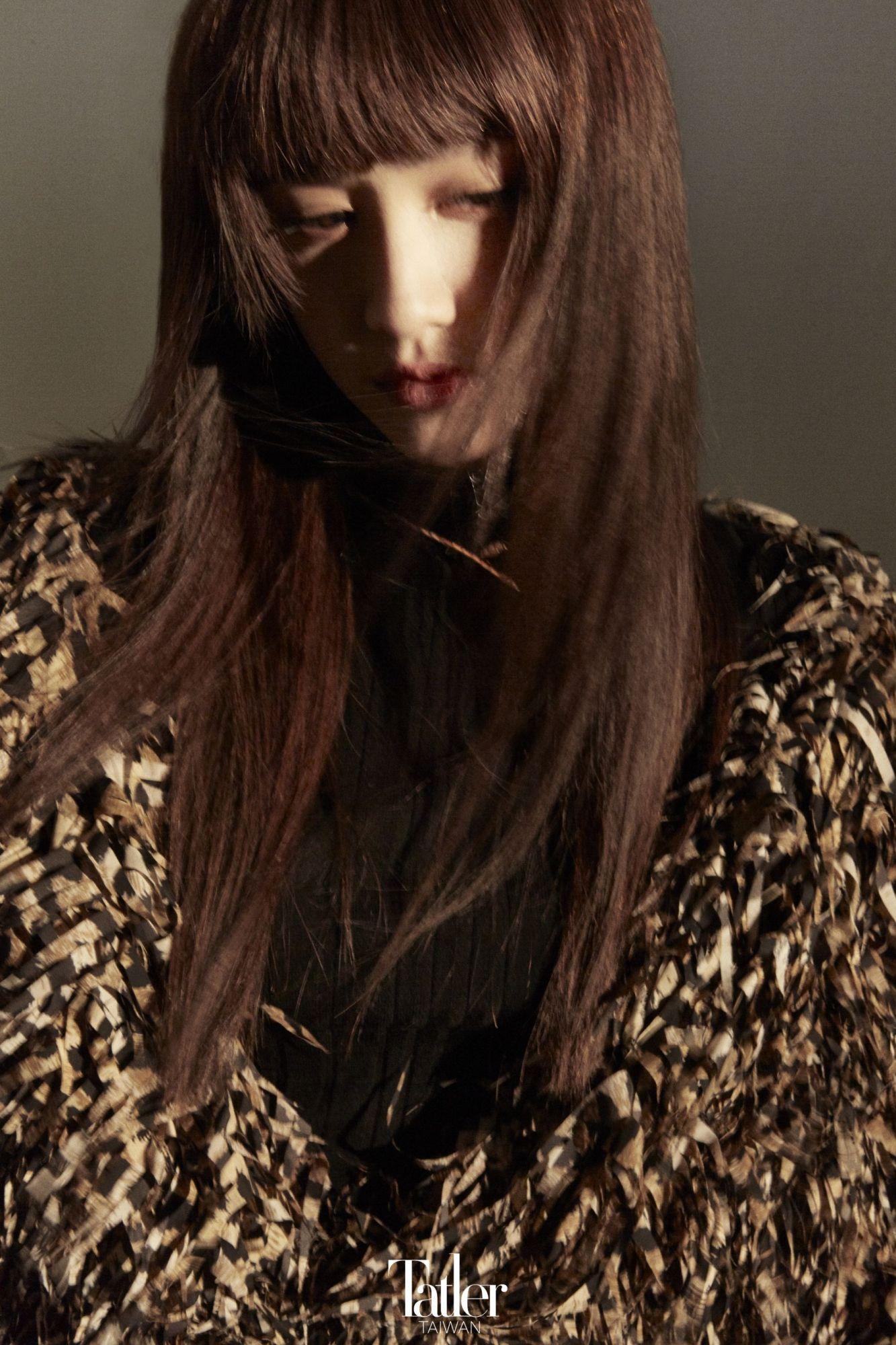 流蘇大衣(Balenciaga);針織高領上衣(Longchamp);Serpenti Viper 項鍊(Bulgari)。