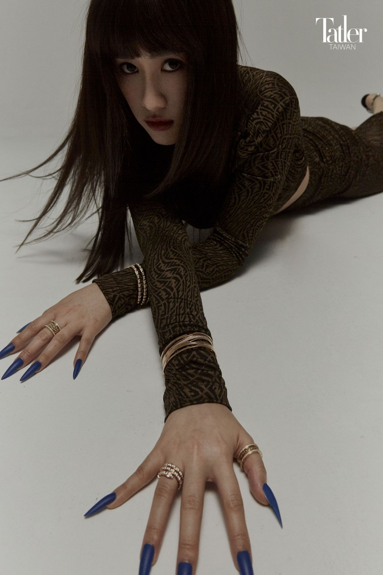 Vertigo 系列印花短上衣、抽繩長裙(Fendi);B.zero1 手環、Serpenti Viper 手環、Serpenti Viper 戒指、B.zero1 Rock 寬版戒指、B.zero1 Rock 戒指(All by Bulgari)。