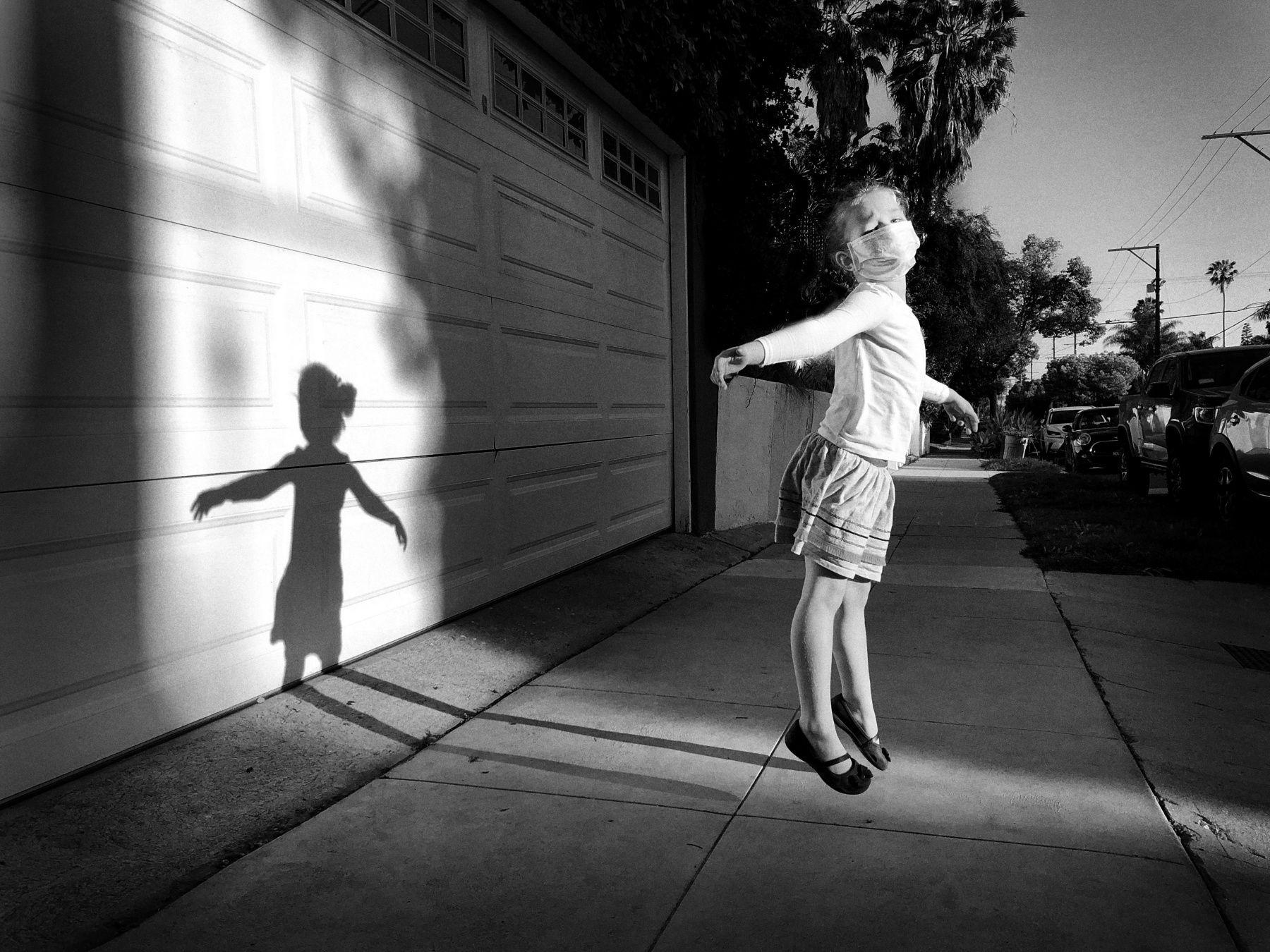 攝影師獎第三名是來自美國洛杉磯的 Jeff Rayner,他的照片 Side-Walking on Air 以 iPhone X 拍攝一個女孩在人行道上彷彿無重力地飄浮在光影中。