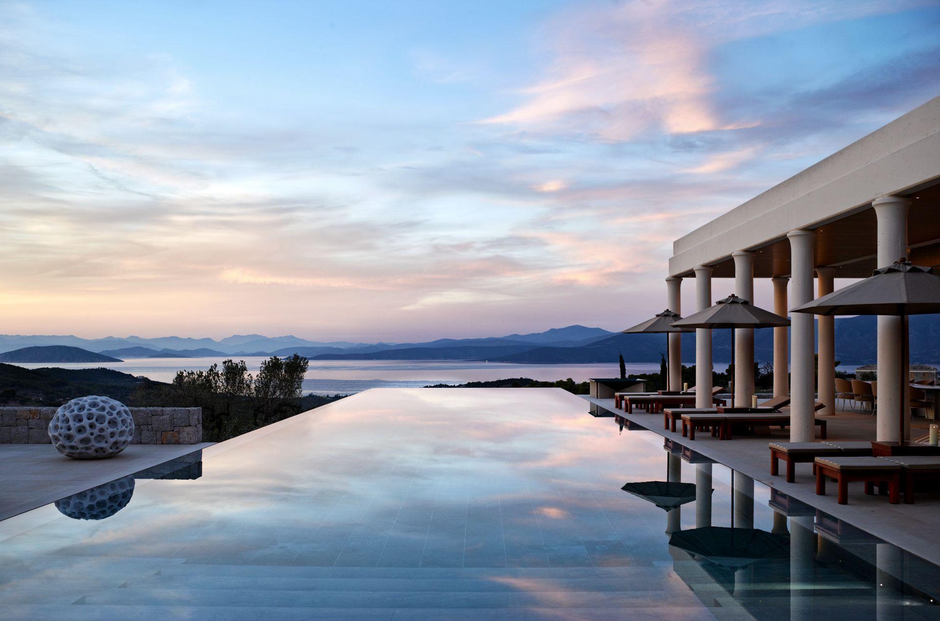 安縵卓熠(Amanzoe)別墅坐落於伯羅奔尼撒半島之間、可居高俯瞰愛琴海。
