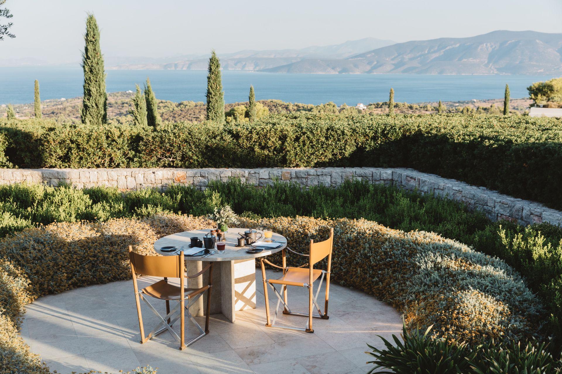 安縵卓熠別墅四周為佔地 93 公頃的芳香園圃,種有柑橘、石榴、角豆樹和橄欖樹。