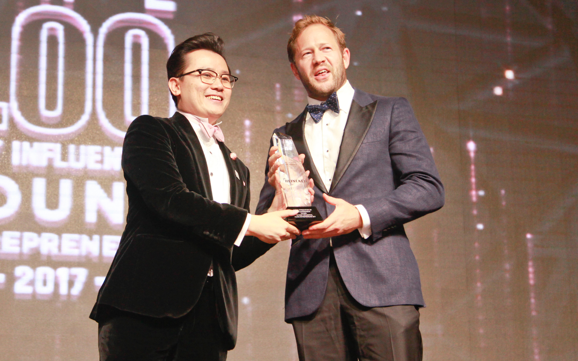 KK Chua handing over an award to Jirka Rakosnik, marketing director of Heineken Malaysia