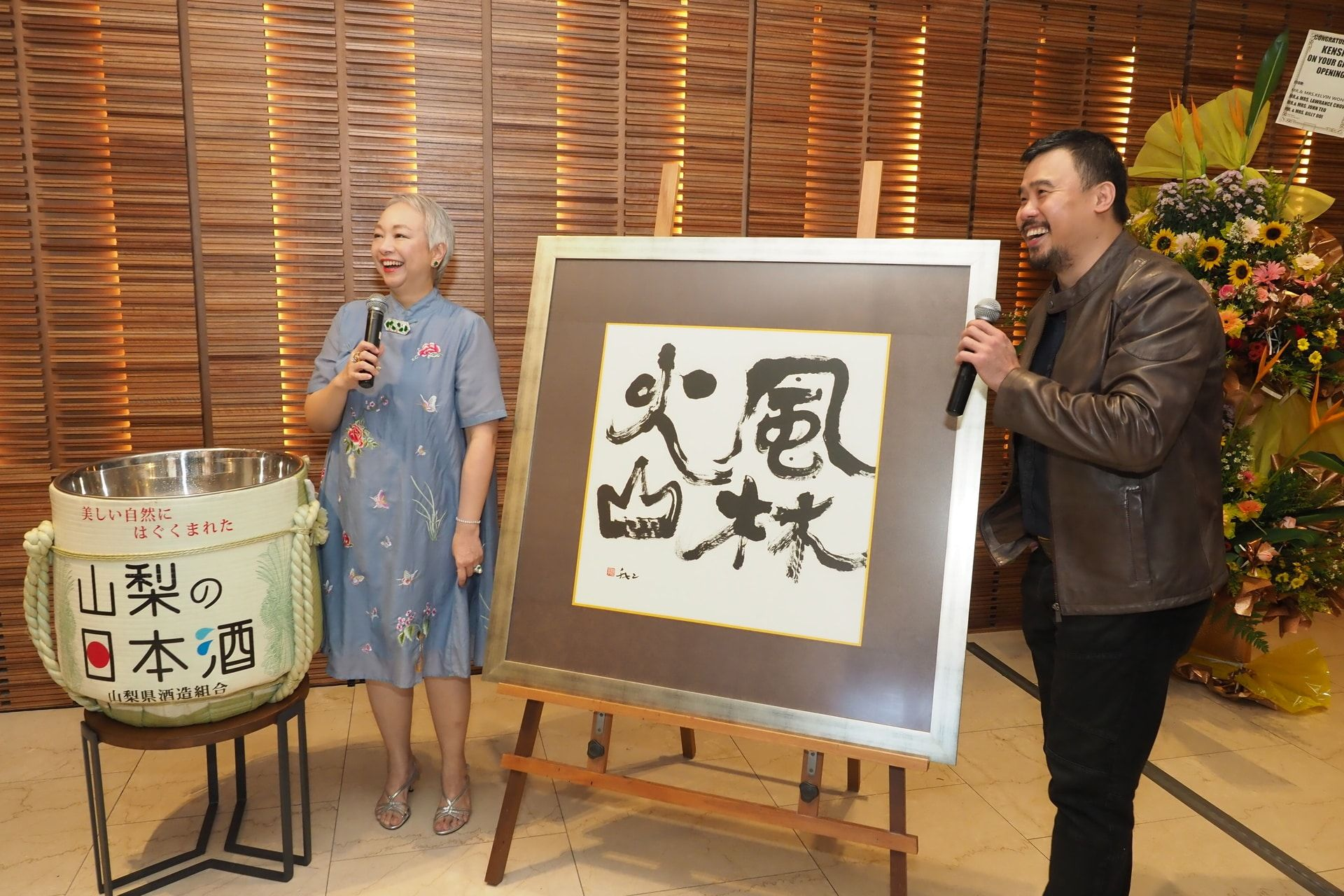 Puan Sri Chelsia Cheng presents her own hand-painted calligraphy to Shawn Lee