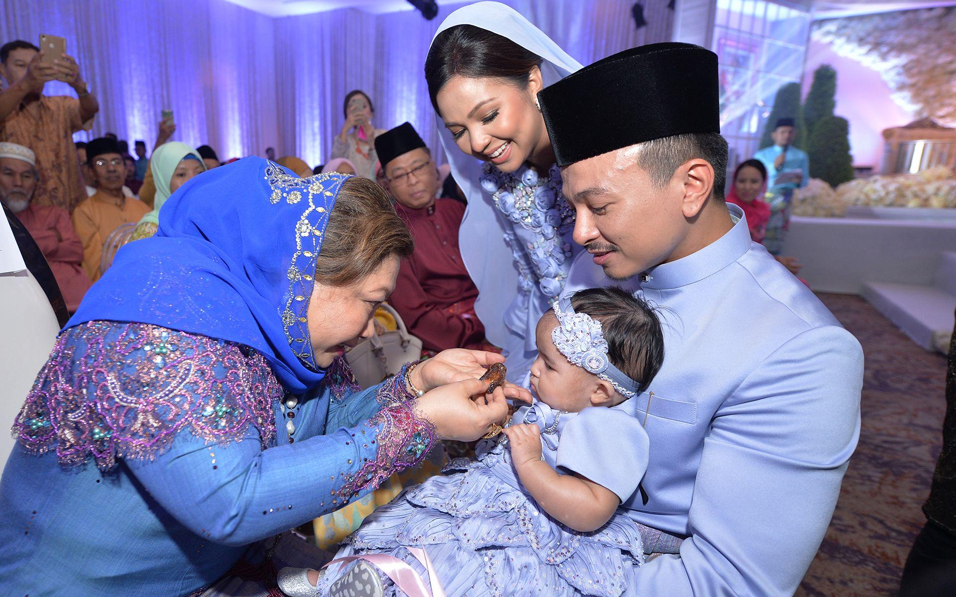 Tengku Puteri Seri Lela Wangsa Pahang Tengku Tan Sri Hajjah Meriam feeding Jeanelle a date