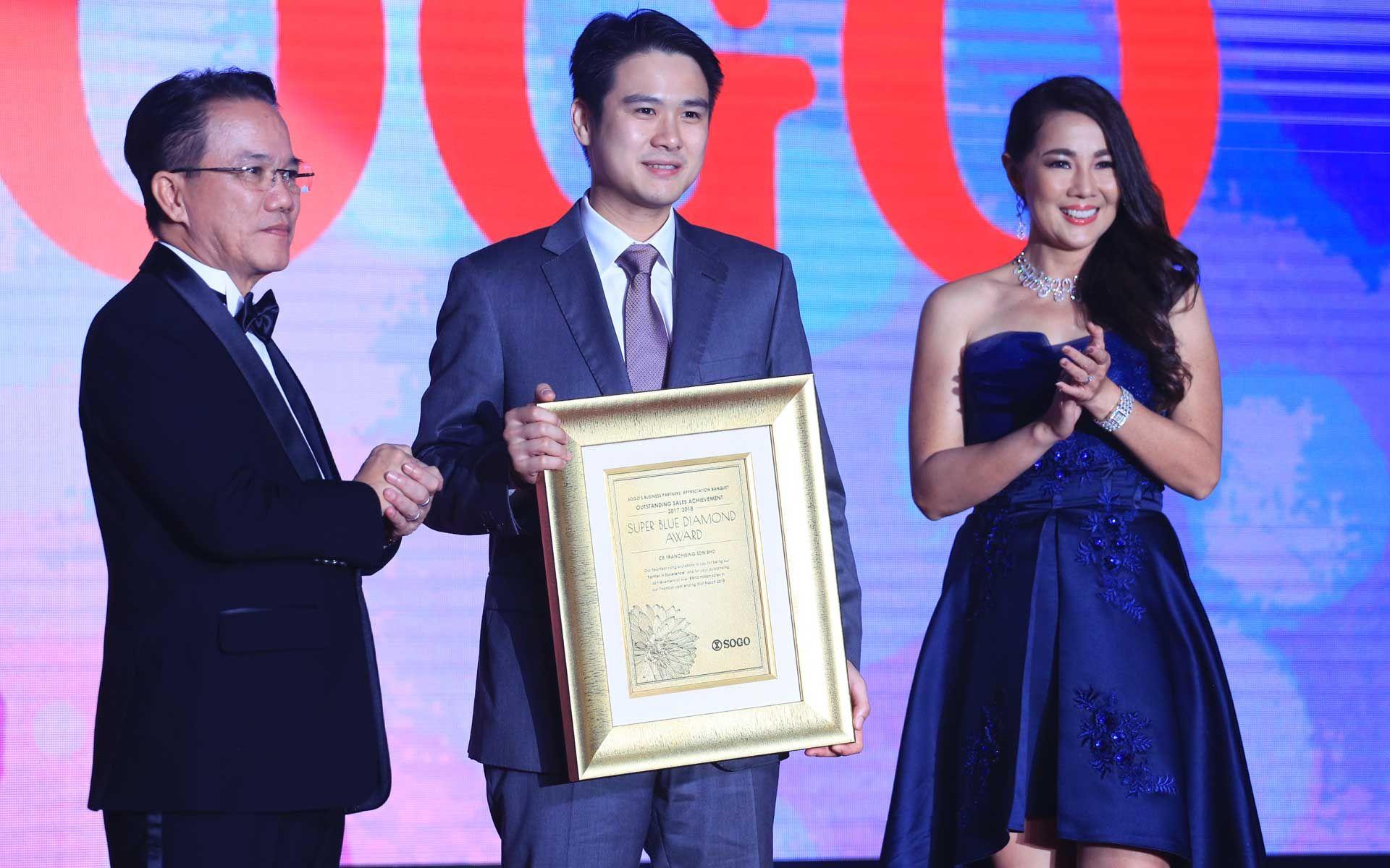 Dato' Sri Daniel Chiang receiving the Super Blue Diamond Award for Bonia - the highest sales achiever of the night