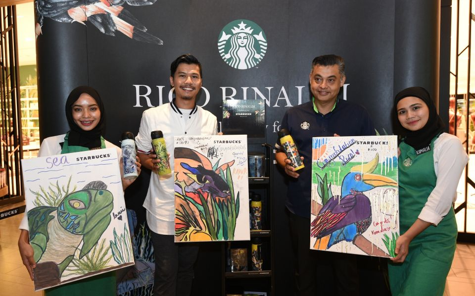 Rico Rinaldi and Sydney Quays, managing director of Starbucks Malaysia & Brunei, showing the three iconic animals of Malaysia