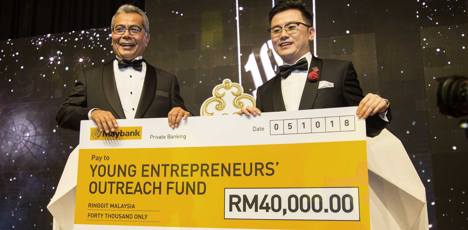 Dato' KK Chua presenting a cheque to Datuk Seri Mohd Redzuan Md Yusof for the Young Entrepreneurs' Outreach Fund