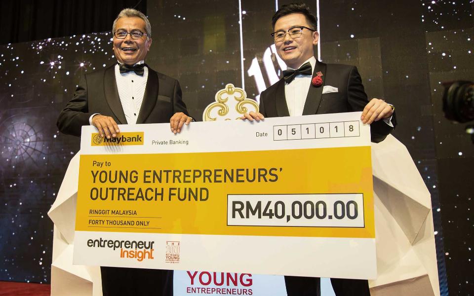 Dato' KK Chua presenting a cheque to Datuk Seri Mohd Redzuan Md Yusof for the Young Entrepreneurs' Outreach Fund