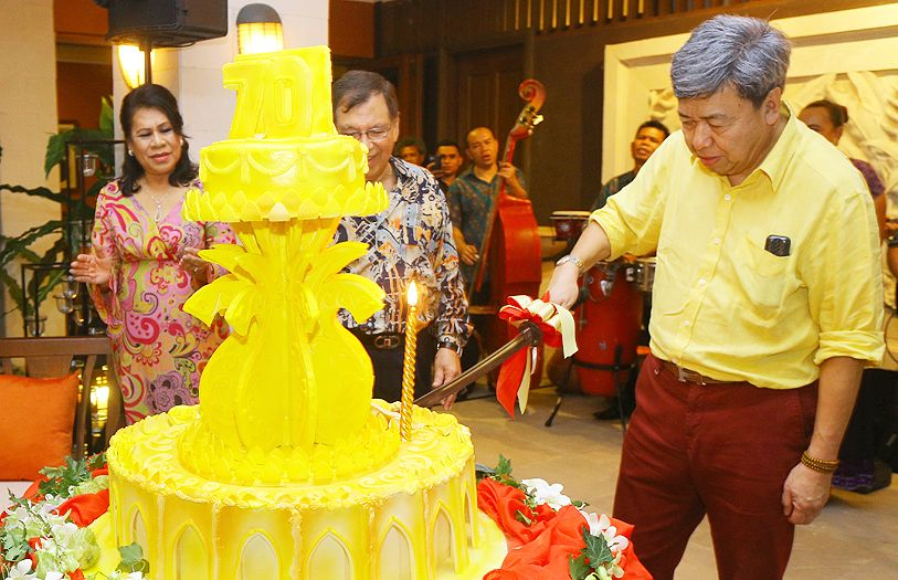 HRH Sultan Sharafuddin Idris Shah cutting his birthday cake