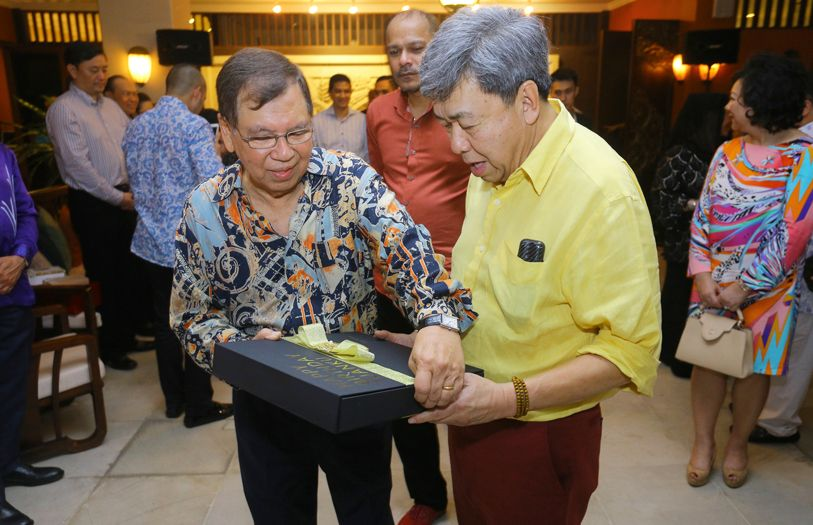Tan Sri Razman Hashim presenting HRH Sultan Sharafuddin Idris Shah with a birthday gift.