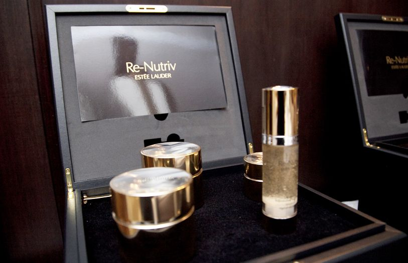 The video also highlights the Estée Lauder Re-Nutriv Ultimate Lift Regenerating Youth collection.