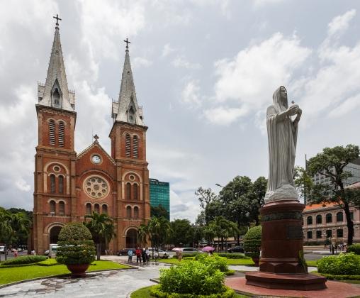 Basílica_de_Nuestra_Señora,_Ciudad_Ho_Chi_Minh,_Vietnam,_2013-08-14,_DD_03.JPG