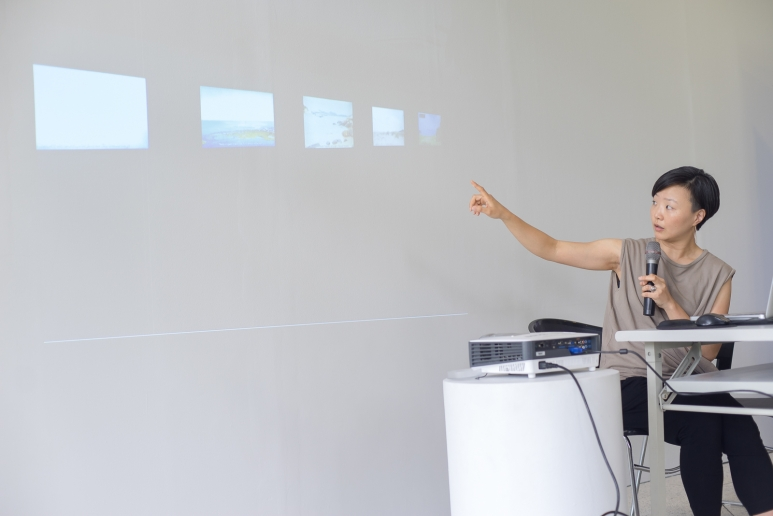 Curator Che Kyongfa gives a talk..jpg