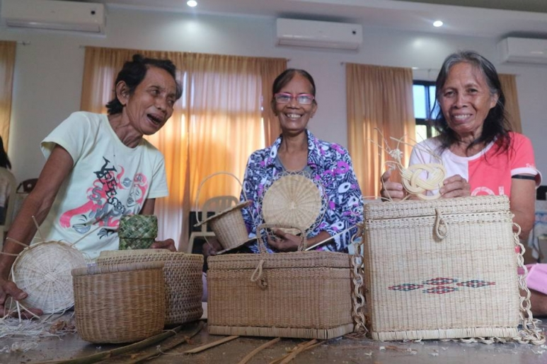 After The Storm Yolanda Survivors Rebuild Through Handicraft