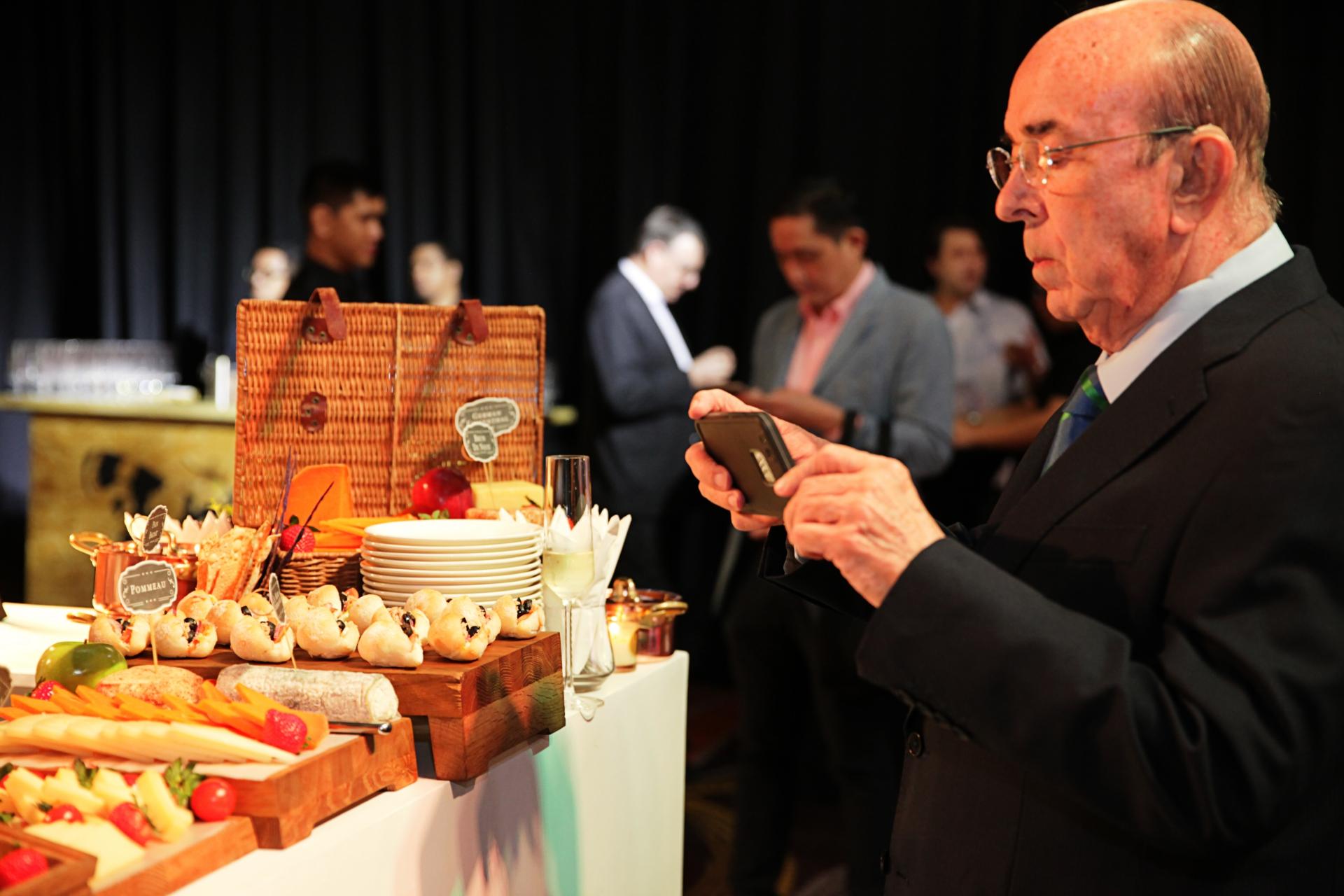 Juan Carlos de Terry getting a food shot in