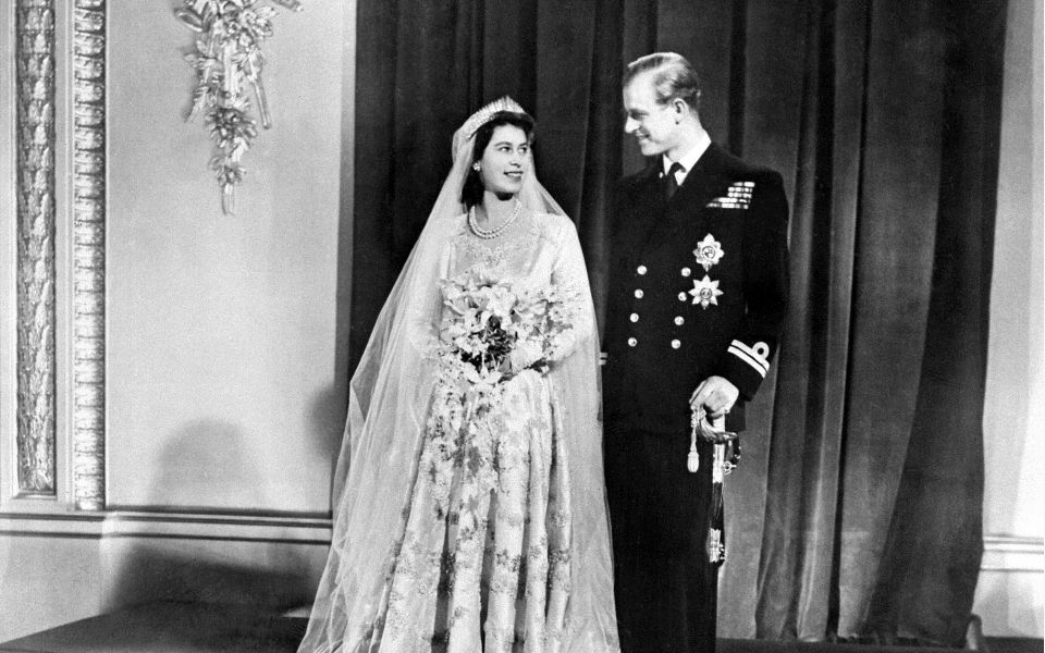 On November 20, 1947, Princess Elizabeth married Prince Philip, Duke of Edinburgh, in a dress designed by dressmaker Norman Hartnell. Embroidered with 10,000 pearls, it had a four-meter-long train with embroidery motifs of scattered flowers.