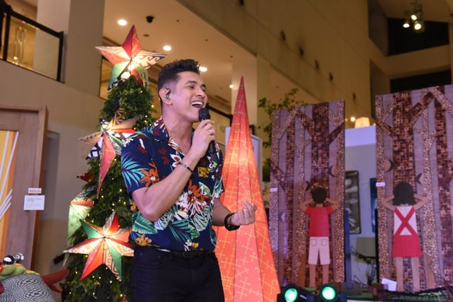 Gary Valenciano serenaded the crowd with Bawat Isa sa Atin, an original from the Awit at Laro Album, Himig ng Pasko, a Christmas classic and Di Bale Na Lang, one of his most loved hits