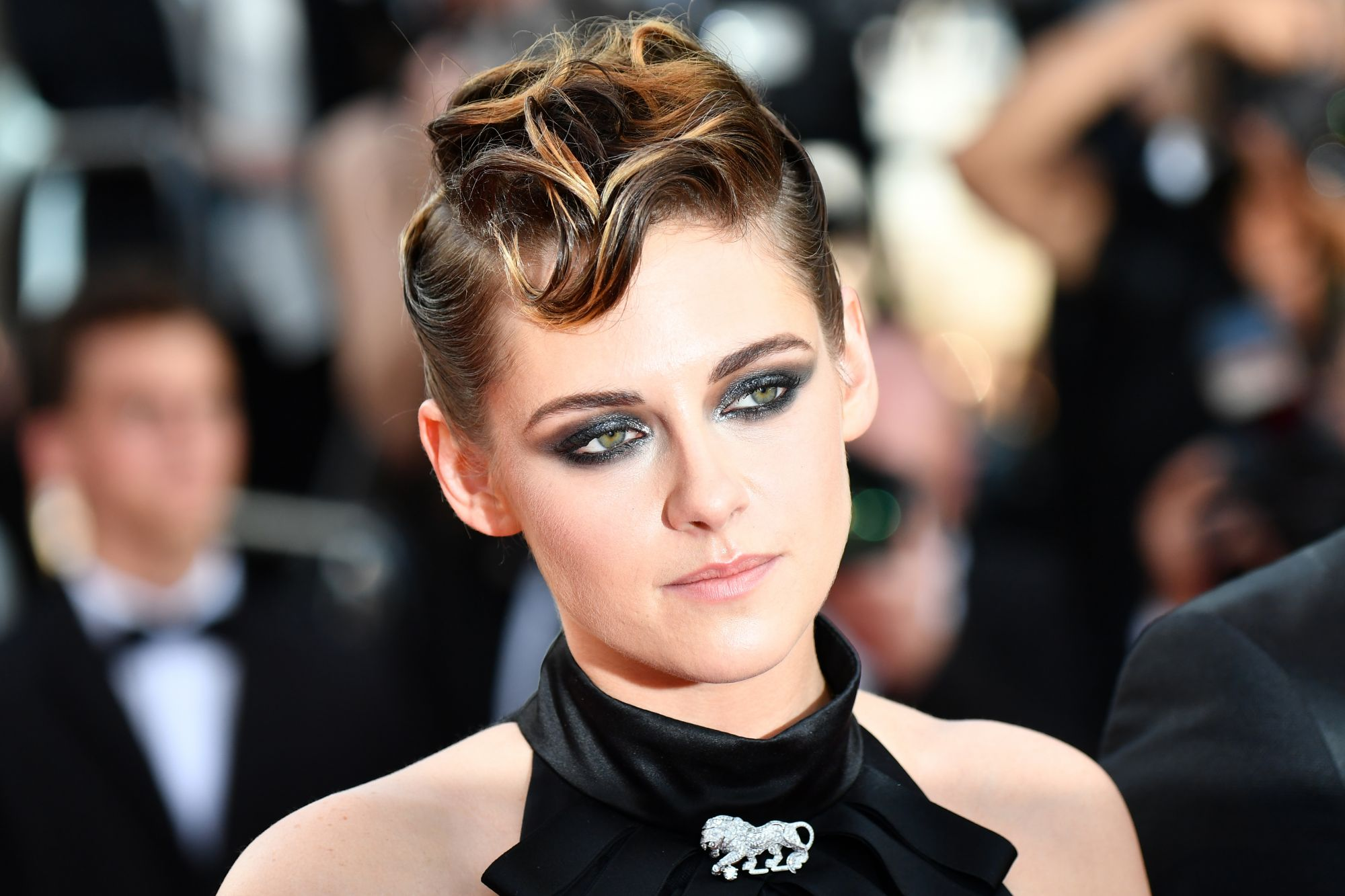 Kristen Stewart entrusted Chanel with her makeup, outfit and jewelry. She wore a brooch in the shape of a lion, Gabrielle Chanel's favorite animal.