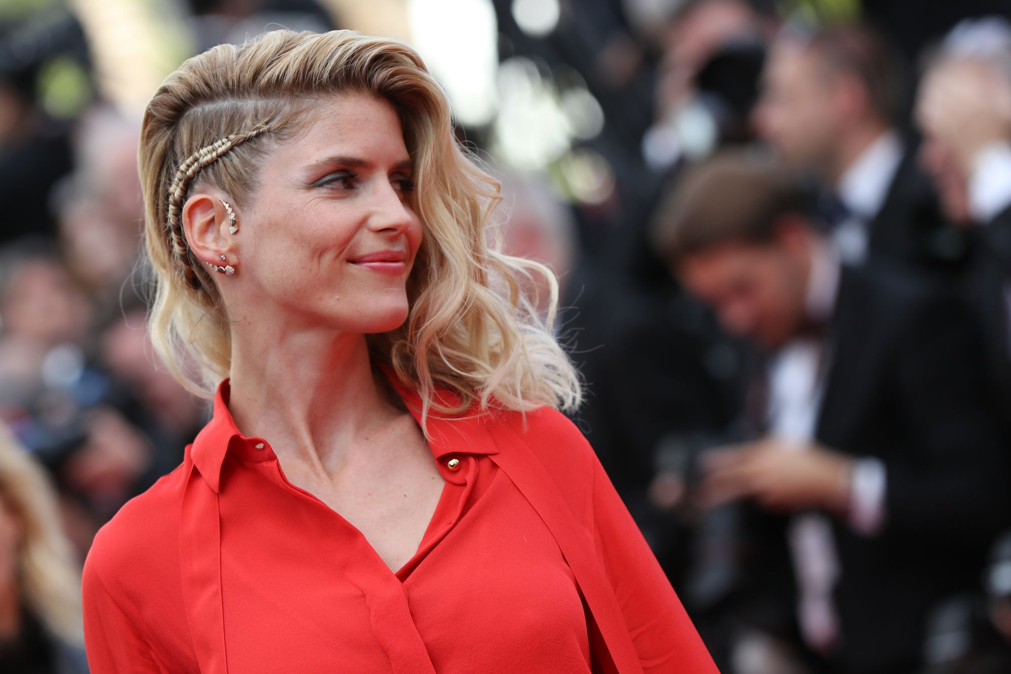 French actress Alice Taglioni wore Akillis Paris jewelry at the opening ceremony which coordinated perfectly with her asymmetric hairstyle.