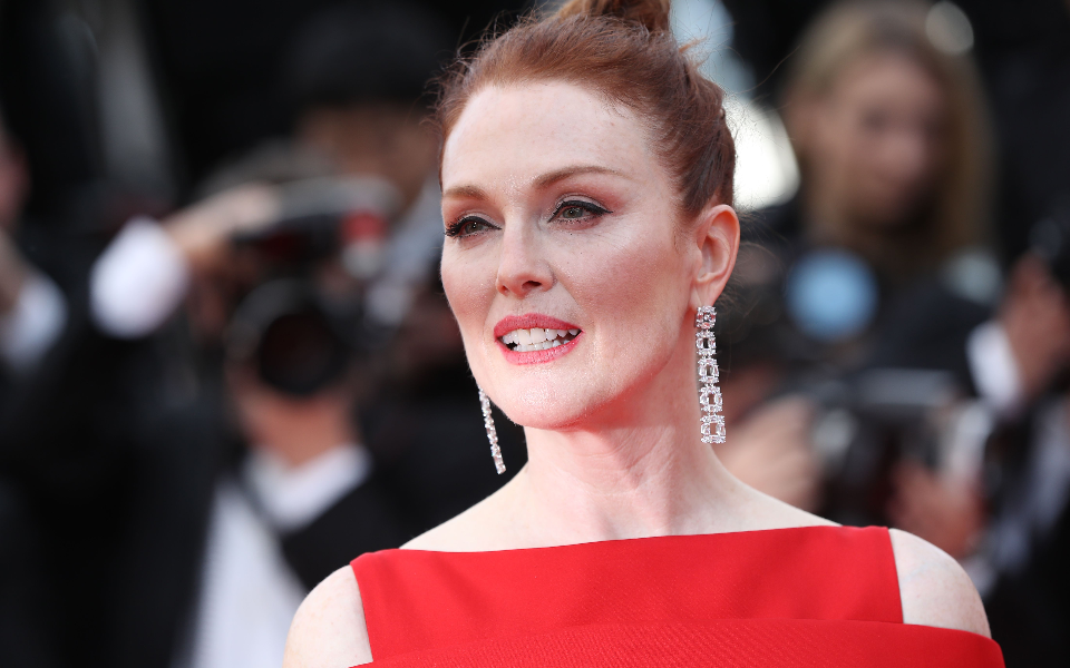 Julianne Moore opted for a pair of gold and diamond pendant earrings by Chopard.