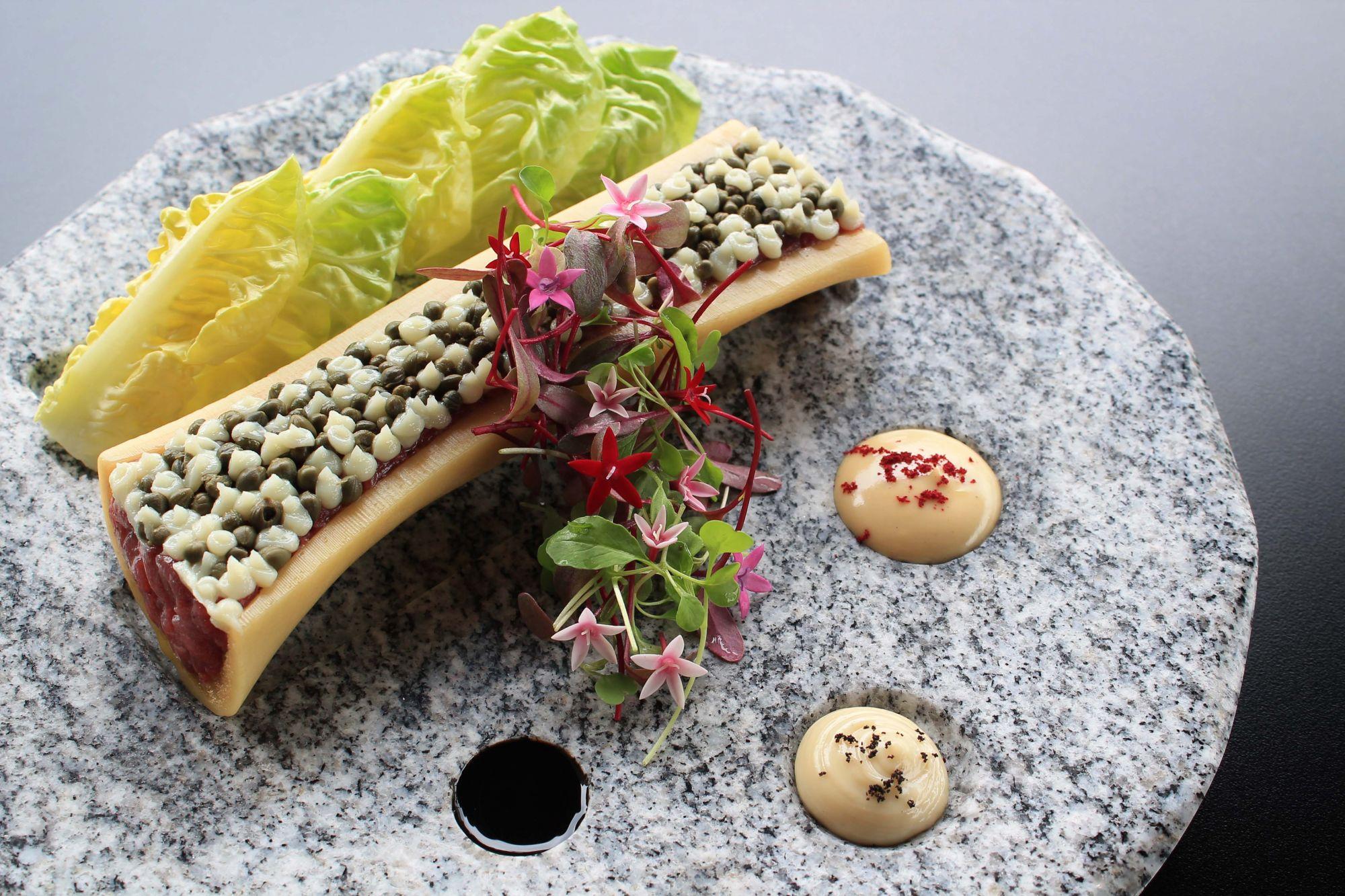 新加坡最佳餐廳指南:峇峇娘惹美食的傳統與創新,「花卉草木」菜系間的完美平衡