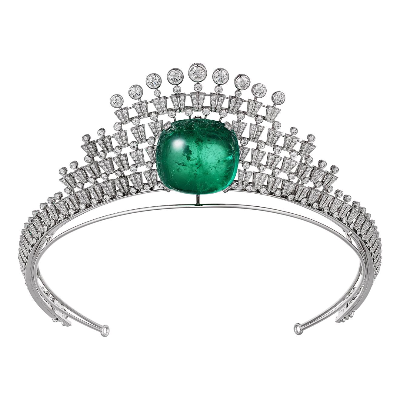 Hyperbole祖母綠鑽石冠冕,可轉換成項鍊配戴by Cartier。