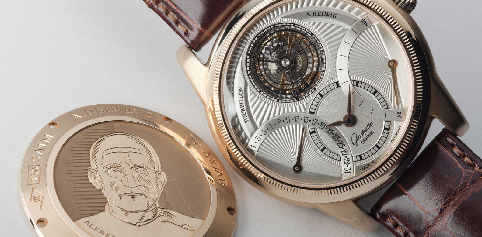 鏤空設計錶盤與特殊設計錶殼,可當成腕錶或懷錶,此為1995年Glashütte Original為慶祝製錶150週年所特別推出的Julius Assmann陀飛輪紀念腕錶及萬年曆陀飛輪紀念腕錶by Glashütte Original。