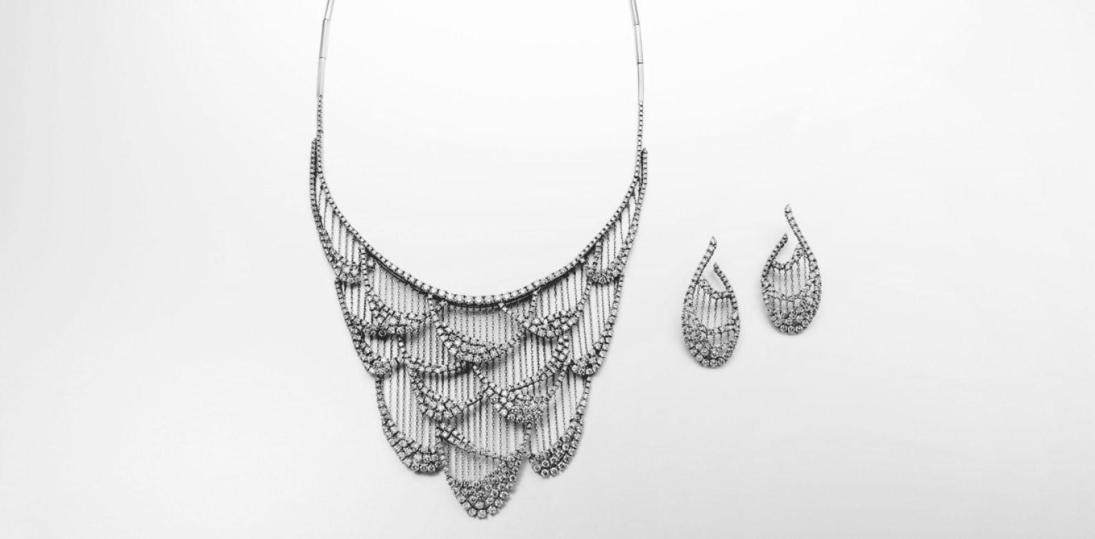 cabaret 鑽石白K金項鍊與耳環by Tasaki。