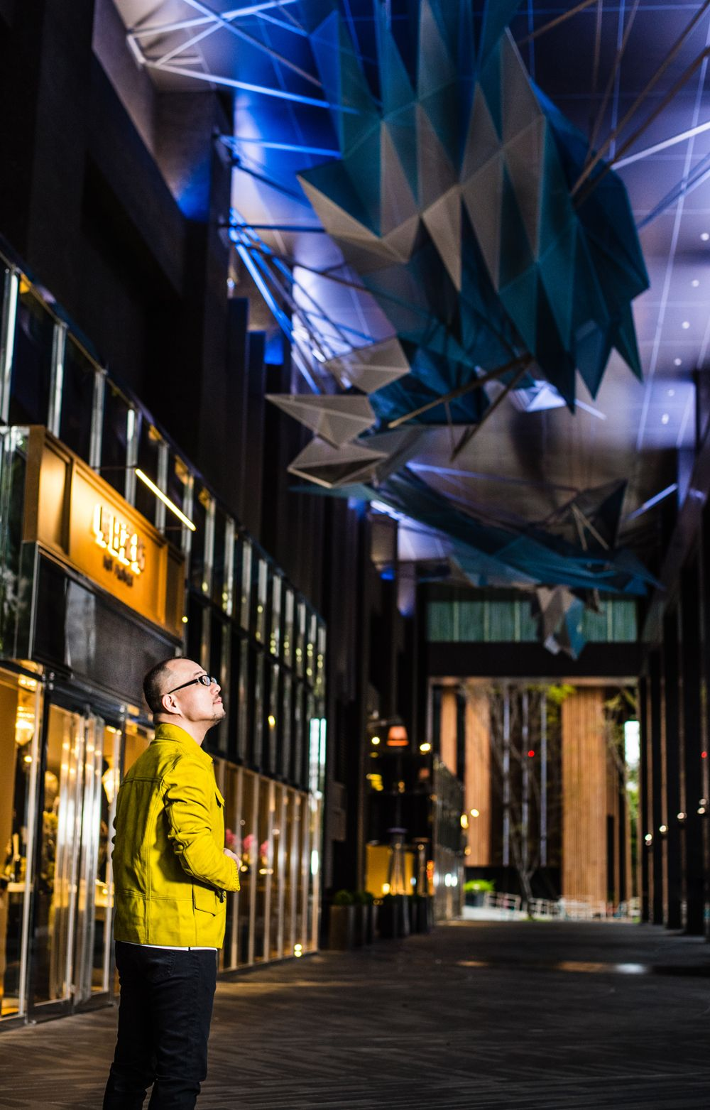 有許多現地製作經驗的李彥良,讓忠泰園區內多件由國內外藝術家打造的裝置藝術,更契合台灣的文化與生活環境。  麂皮夾克by Bottega Veneta,長褲為私人提供。
