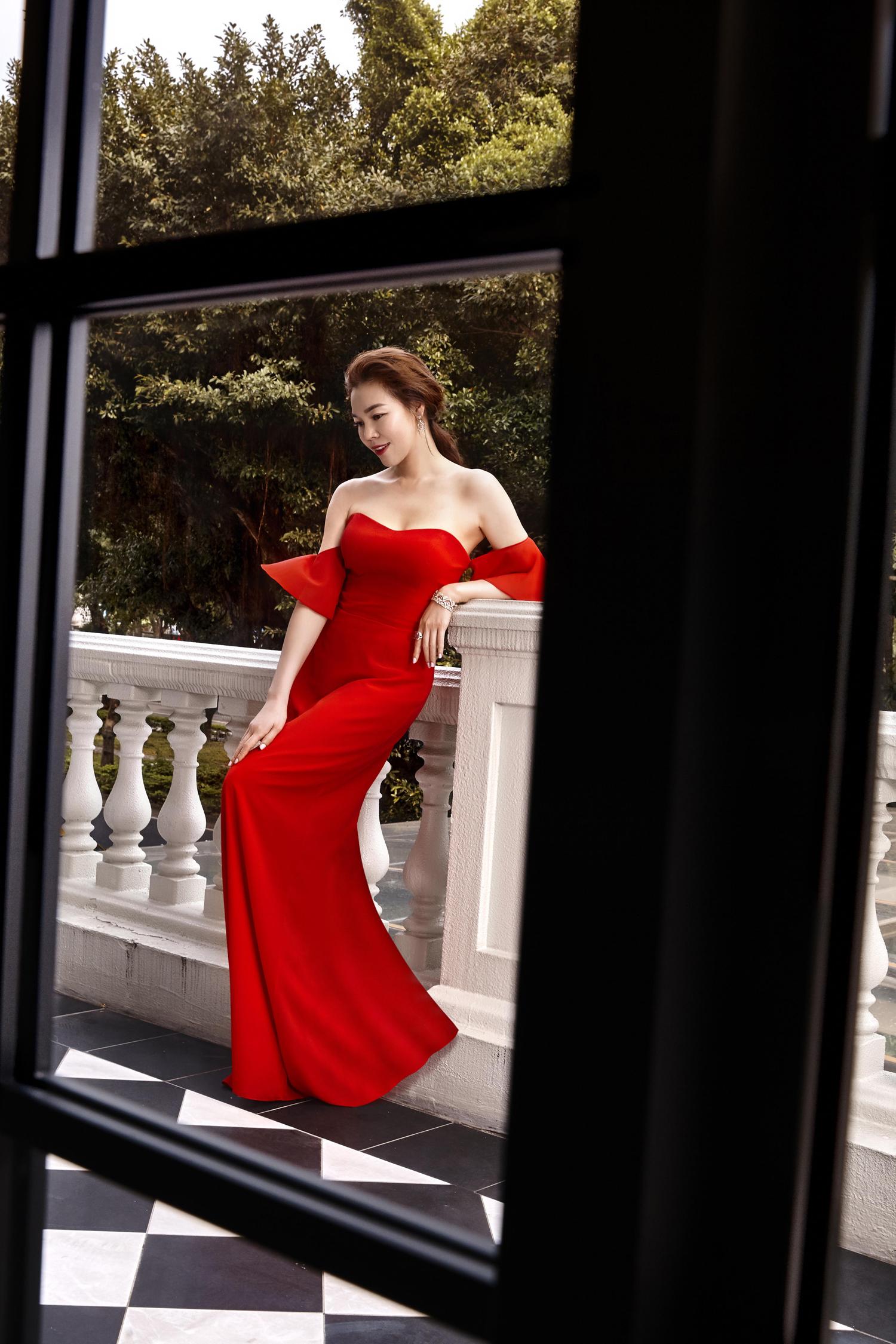 Dress By Jasmine Galleria ; Jewellery all by Bvlgari。