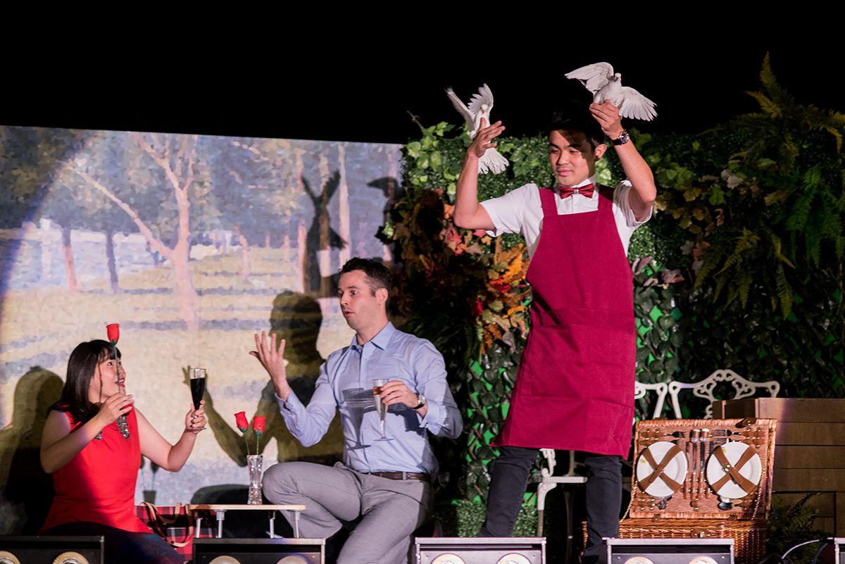 左二CCIFT總經理史迪芬、魔術師Ace在台上表演主秀