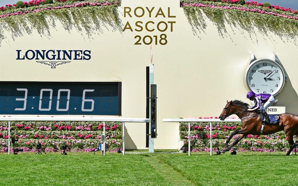 女王瓶賽(Queen's Vase)的冠軍由賽駒 Kew Gardens 與其騎師 Ryan Moore 拔得頭籌by Longines。